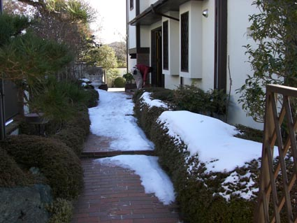 現場は雪景色画像